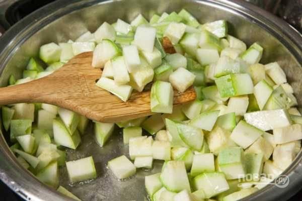 Готовьте кабачки на среднем огне 10 минут, периодически перемешивая.