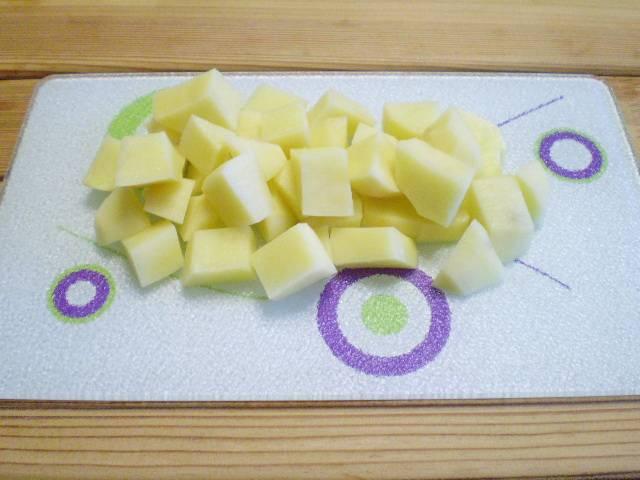 4. Картофель очистить, помыть, порезать кубиками.