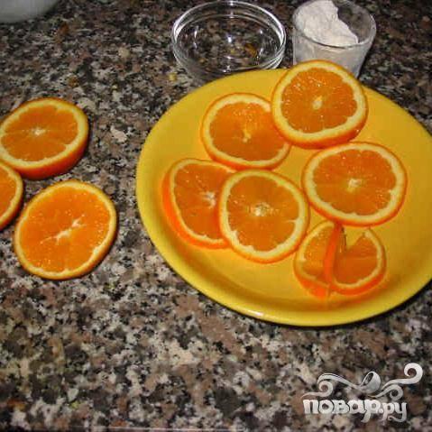 Нарежьте апельсины кружками.
