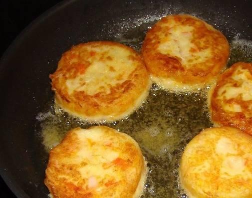 И обжарьте их на сковороде с двух сторон. Можно сразу подавать на стол.