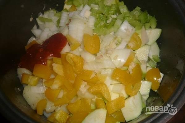"""Нарежем все остальные овощи. И добавим в чашу к курице с картошкой после сигнала об окончании программы. Еще добавим томатную пасту, соль и перец, и ваши любимые приправы. Перемешиваем. Включаем режим """"Выпечка"""" на 30 минут."""