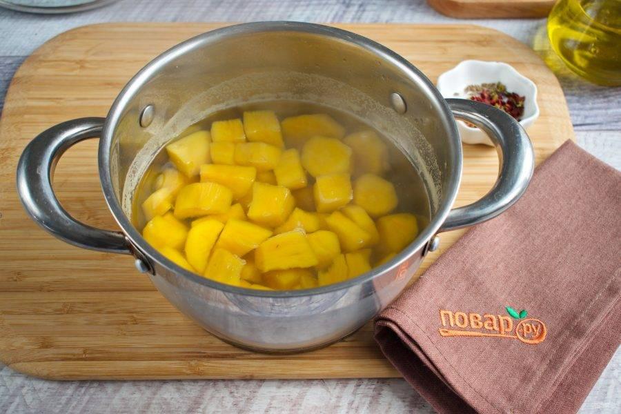 Батат нарежьте на кусочки среднего размера, залейте водой, доведите до кипения, варите на медленном огне до готовности в течение 15 минут. Слейте отвар. Залейте овощным бульоном.