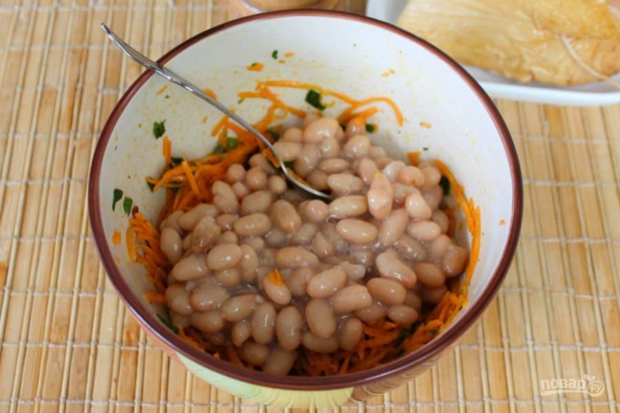 К маринованной моркови добавляем фасоль.