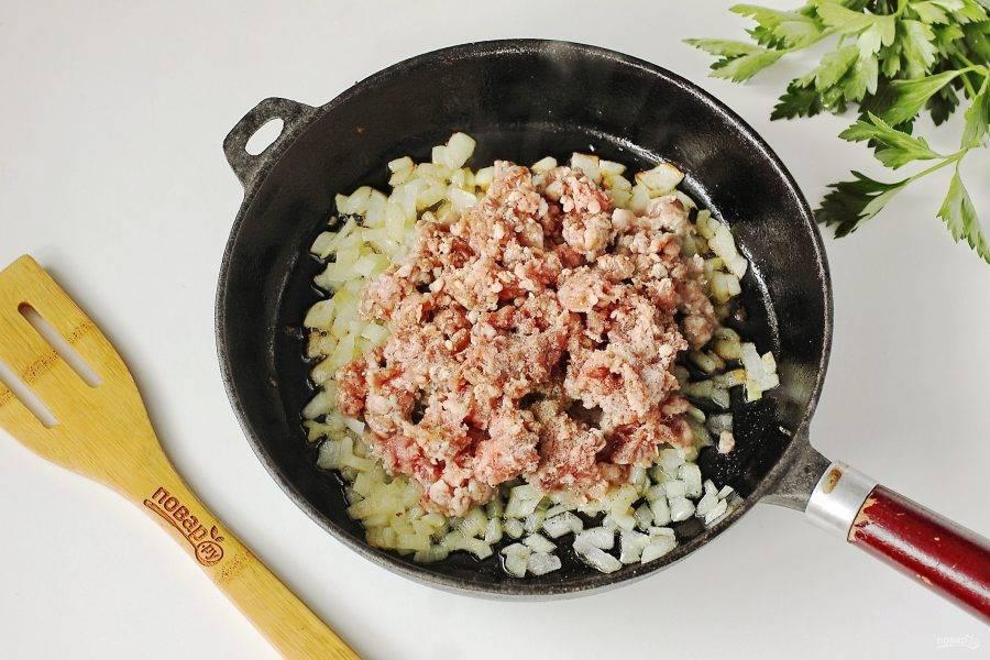 Обжарьте на растительном масле до мягкости. Добавьте фарш, соль и молотый перец.