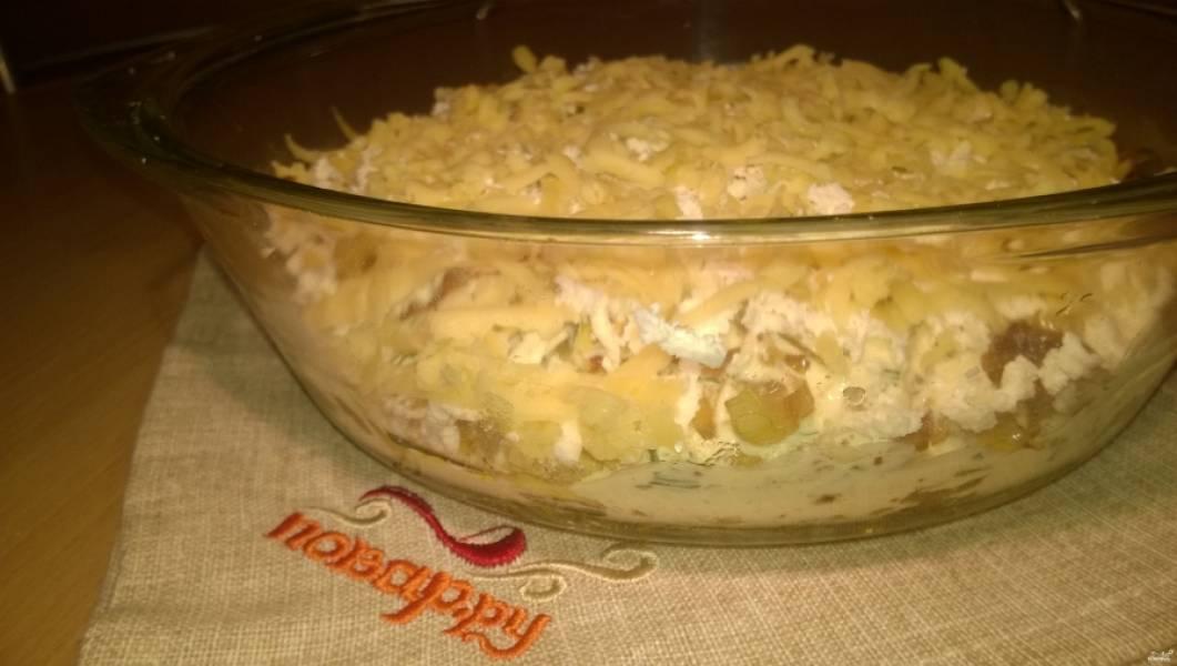 8. Сверху потрите на крупной овощной терке сыр.  Закройте крышкой или фольгой и поместите  в заранее нагретую до 200 градусов духовку на 20 минут. Если хотите, чтобы сыр подрумянился, в конце откройте крышку или включите на пару минут гриль.