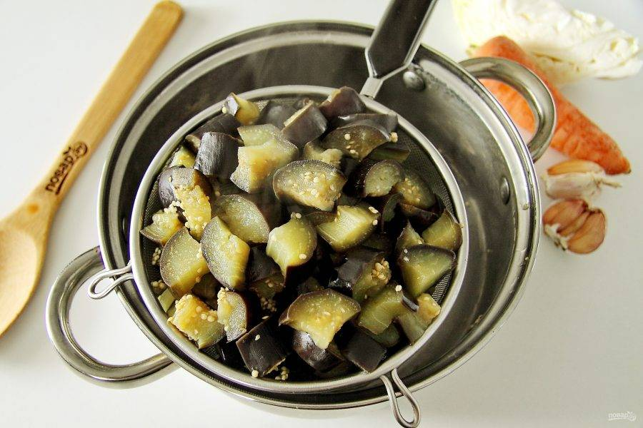 Откиньте баклажаны на сито или дуршлаг, чтобы стекла лишняя жидкость.