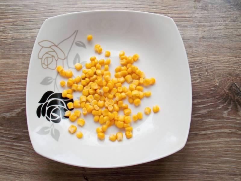 В салатник выложите консервированную кукурузу.