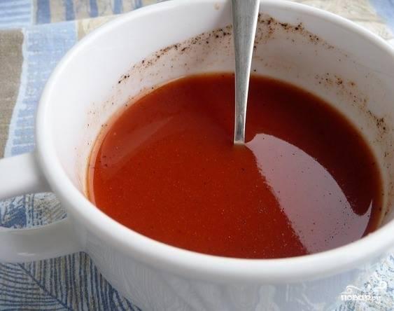 Теперь приготовьте маринад, который придаст мясу особую пикантность. Для этого в глубокой тарелке смешайте томатную пасту и кетчуп, которые следует предварительно развести в холодной кипяченой водичке. Эти ингредиенты можно легко заменить обыкновенным томатным соком. Посолите и поперчите, влейте в миску сок лимона. Перемешайте.