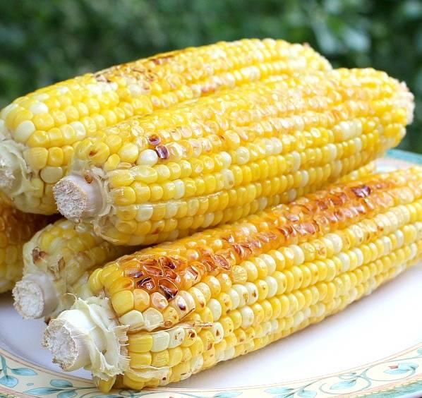 3. Запекаем 30-40 минут, периодически переворачивая кукурузу. При подаче поливаем оставшейся сладкой пастой!