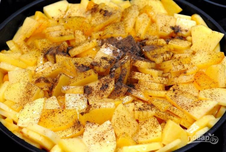 Самое время добавить измельченный лук (если готовите с ним) и специи. Снова тщательно перемешиваем лопаткой. Продолжаем жарить под крышкой, следя, чтобы картофель не подгорал.