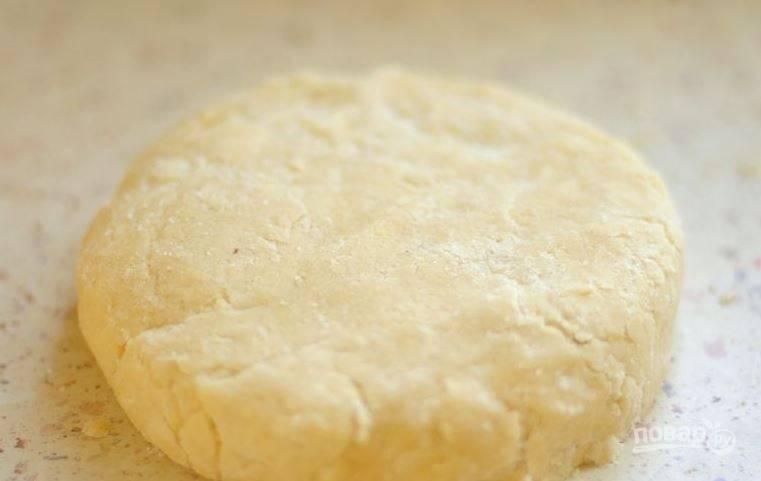 Достаньте тесто из чаши и выложите на рабочую поверхность. Вымесите его руками, заверните в пищевую пленку и уберите в холодильник на полчаса.