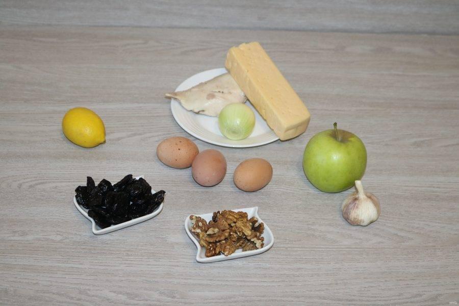 Подготовьте ингредиенты. Куриную грудку и яйца отварите.