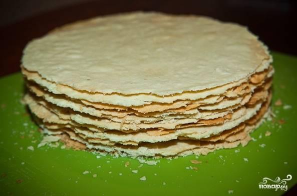 14. Еще горячими вырежьте коржи под тарелку или крышку, например, чтобы они были одного размера.