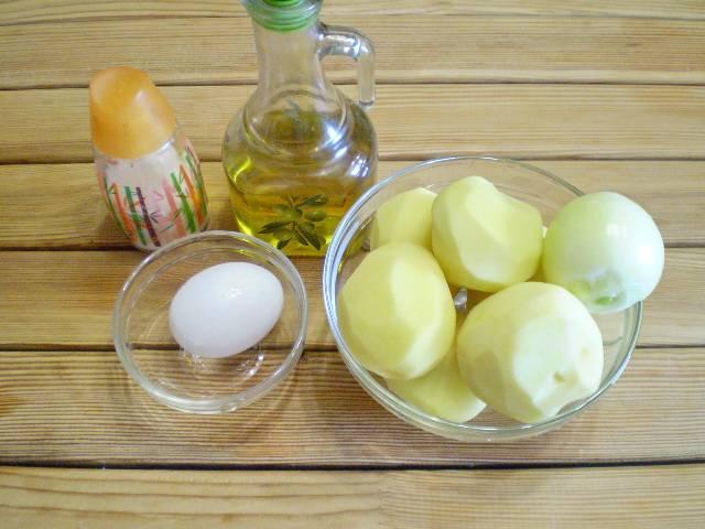 1. Приготовим продукты для драников. В классическом варианте приготовления нужно использовать самую мелкую терочку, которая трет картофель в пюре или блендер.