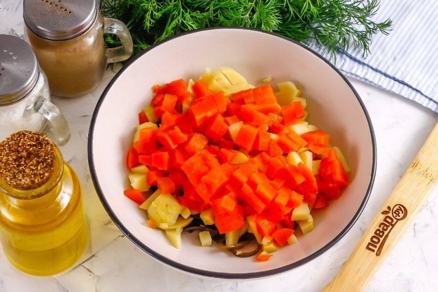Точно так же поступите и с отварной морковью. По желанию можно добавить нарезанный стебель сельдерея, болгарский перец зеленого цвета и т.д.