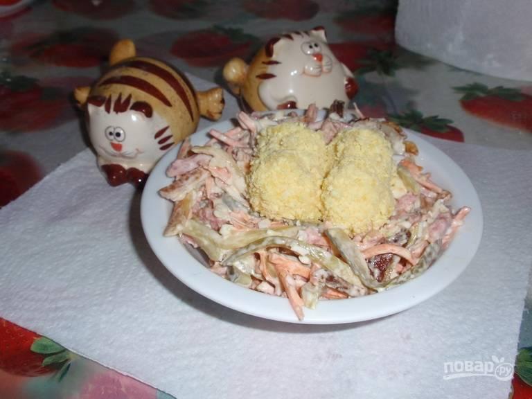 """Салат выложите на блюдо для подачи в виде гнезда, а сверху уложите """"яйца"""". Можете подавать блюдо на общей тарелке, а можете порционно. Приятного аппетита!"""