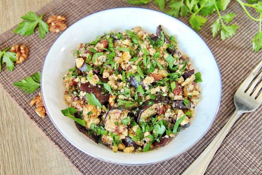 Посыпьте готовый салат с баклажанами и грецкими орехами перед подачей измельченными орешками и зеленью. Приятного аппетита!