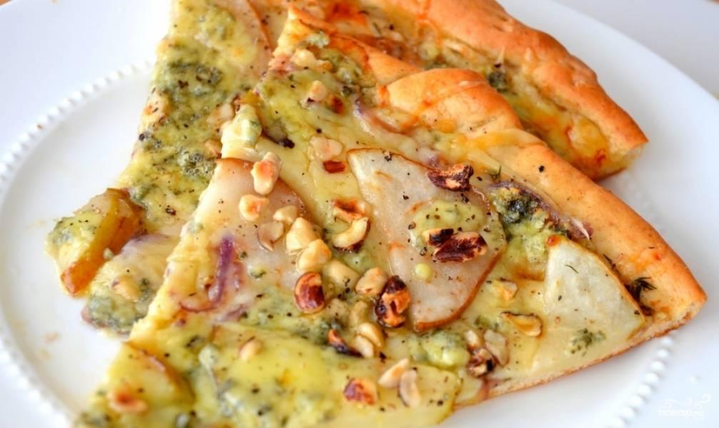 Пицца с грушами и острой копченой ветчиной