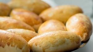 Кладем пирожки на противень, застеленный бумагой для выпечки. Смазываем каждый пирожок взбитым яйцом. Запекаем 30 минут, температура 180-190 градусов.