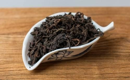 3. Тем временем берем зеленый чай и отправляем его в подготовленный заварник (заранее обработайте чайник кипятком).