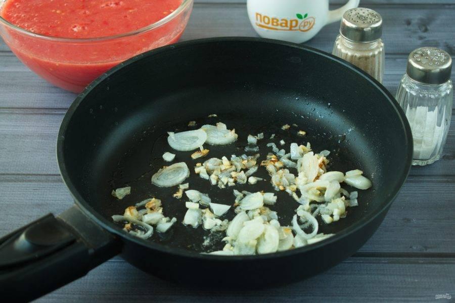 4.Лук и чеснок обжарьте на разогретом растительном масле до румяной корочки.