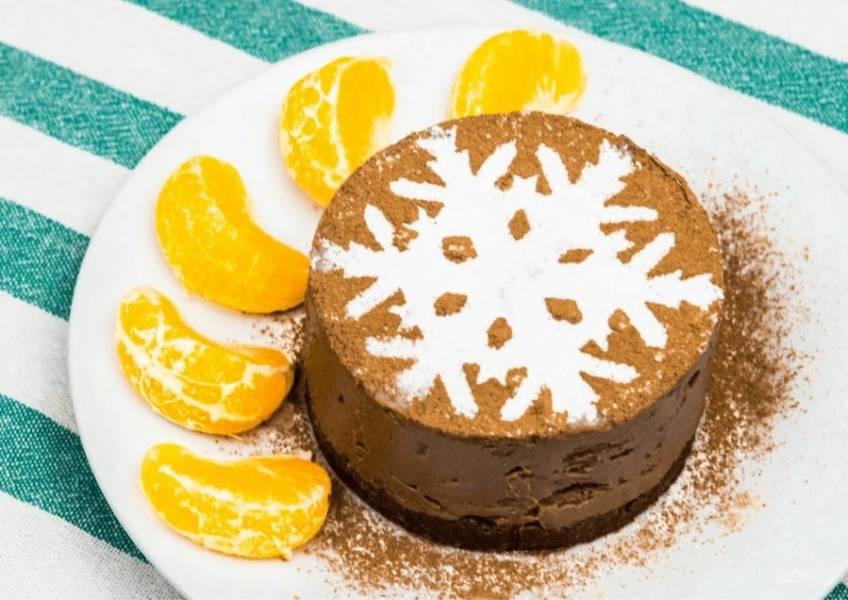 4. Отправьте чизкейк ненадолго в холодильник или морозильную камеру, чтобы потом аккуратно извлечь его из формы. Далее украсьте чизкейк с помощью сахарной пудры. Приятного аппетита!