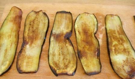 2.  Я баклажаны нарезаю пластами, толщиной около 0,3 мм. Теперь отправляйте их на сковороду, смазанную растительным или оливковым маслом. Обжарьте с обеих сторон на небольшом огне.