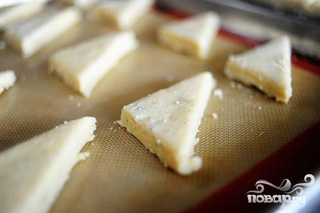 5. Выложить булочки на пергамент и выпекать в течение 18 минут, до золотистого цвета.  Дать остыть в течение 15 минут на противне, затем выложить на стойку и дать полностью остыть.