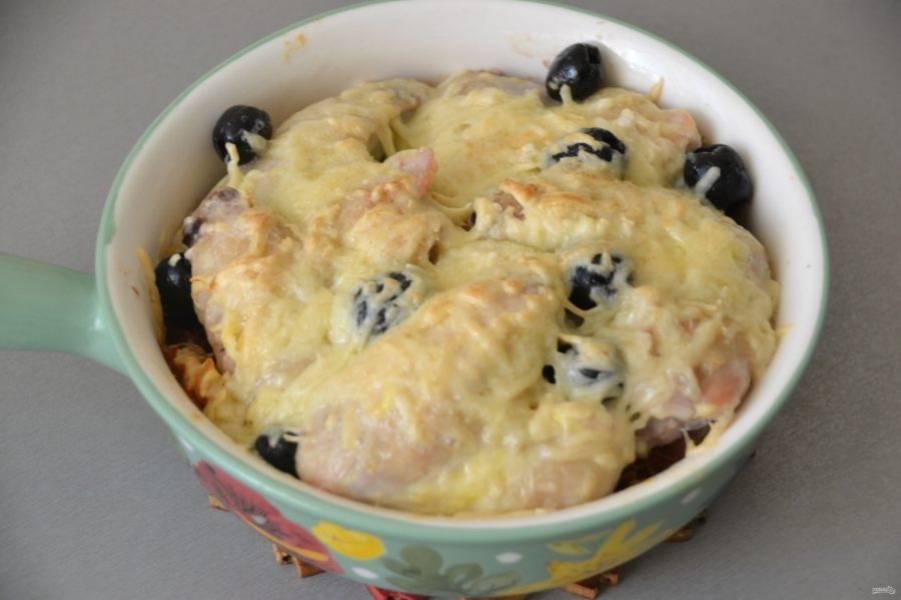 Перед выемкой из духовки проверьте готовность макарон и крылышек.