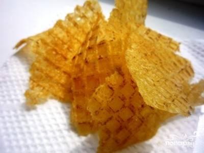 4.Обязательно следим, чтобы чипсы не сгорели. Готовые коржи откидываем на бумажное полотенце, чтобы избавиться от лишнего жира.