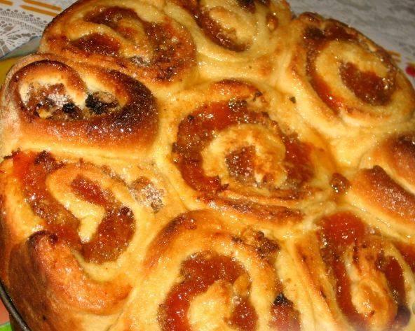 5. Смазываем поверхность пирога желтком до или в середине выпекания. Вот такой красивый получается пирог с абрикосовым вареньем в домашних условиях.