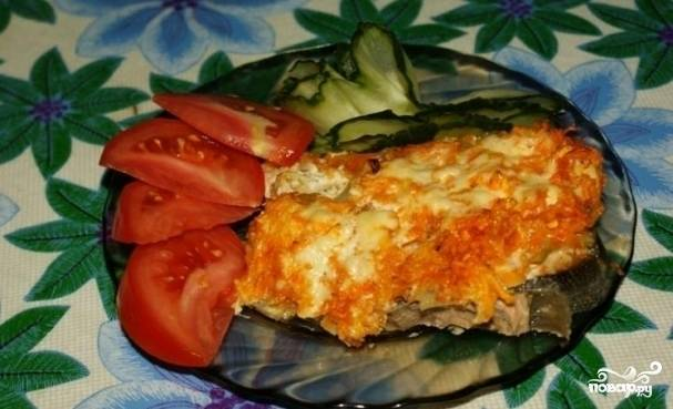 """Майонез следует разбавить с водой в пропорции 1:1, вылить его на поверхность рыбы и овощей.  Разогреваем духовку, затем ставим нашу горбушу тушиться в районе 40-45 минут,  после чего постепенно убавляем жар. Как только рыба приготовиться, подаём её к столу. Вот так выглядит  классический рецепт """"Горбуша в духовке с майонезом""""."""