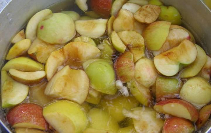 Яблоки очищаем, разрезаем каждое на 4 части.