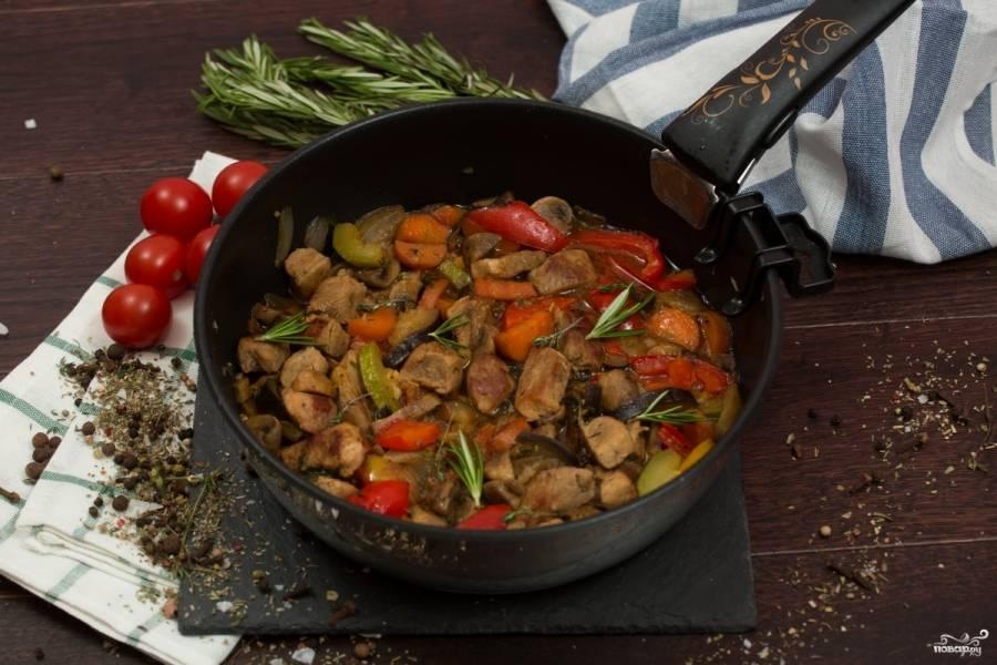Влейте полстакана воды, соевый соус, посолите по вкусу, а также добавьте любимые специи. Тушите при закрытой крышке минут 10-15 до готовности на небольшом огне.