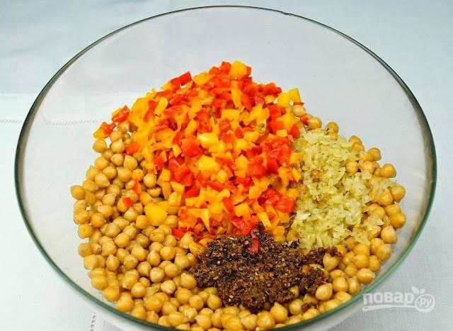 2. Соедините нут с овощами. Добавьте соль и специи.