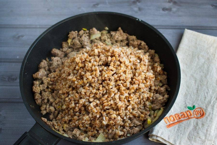 Добавьте гречку, перемешайте, готовьте на медленном огне в течение 2-3 минут.