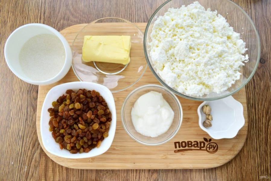 1.    Подготовьте необходимые продукты. Изюм залейте горячей водой на 20 минут, обсушите.