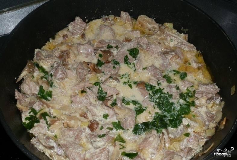 6.Добавляем в кастрюлю обжаренный лук, половину чеснока, розмарин и лимонный сок. Затем снимаем кастрюлю с плиты и даем ее содержимому остыть.