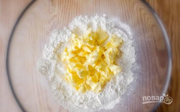 3. Теперь можно заняться другими ингредиентами. В глубокую мисочку просейте муку и соль. Добавьте сливочное масло.