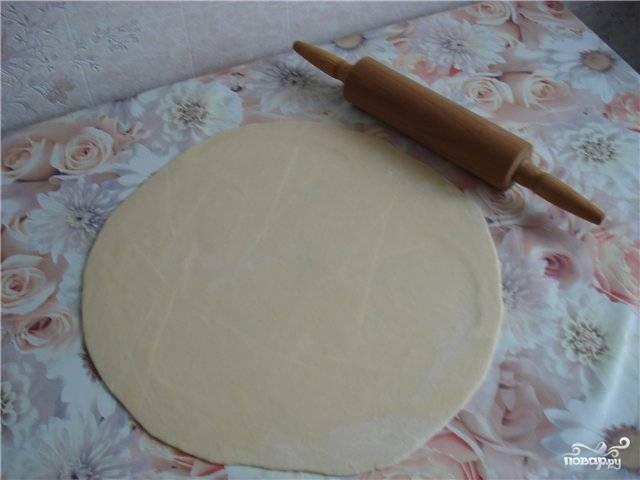 2. Муку просеем в миску, добавим немного соли. Вбиваем туда яйцо, начинаем заливать воду, параллельно тут же вымешивая. Тесто должно получиться крутым.