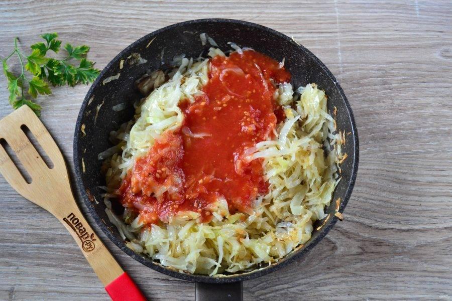 Когда капуста станет мягкой, влейте в сковороду томатный сок, перемешайте. Добавьте соль, перец, паприку, тушите под крышкой 10-12 минут, затем снимите крышку и тушите до готовности капусты.