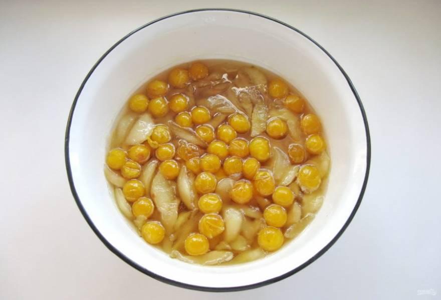 Варенье из груш с алычой готово. Разложите его горячим в стерилизованные банки, закатайте крышками и храните в прохладном месте.