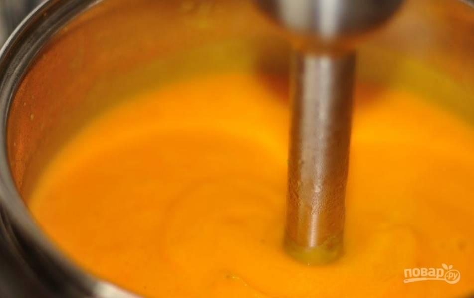 Когда все ингредиенты будут готовы, снимите суп с огня, посолите и поперчите его по вкусу, пюрируйте все блендером до однородного состояния и подавайте суп к столу, разлив по тарелкам.