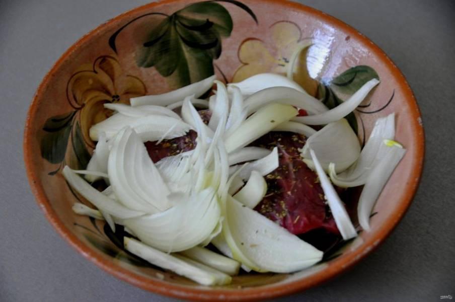 Добавьте лук к мясу и помните до выделения сока.
