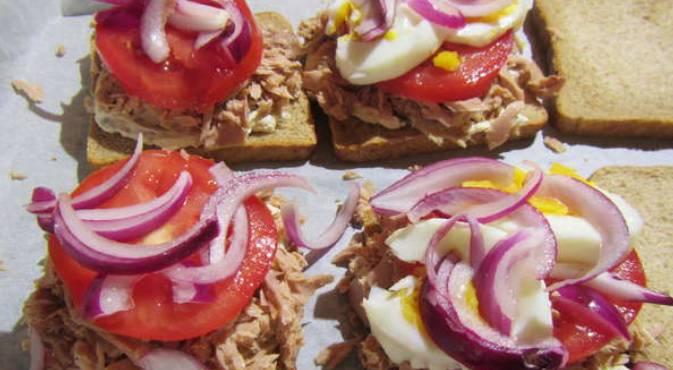 Также добавляем томаты, лук, сыр и салат.