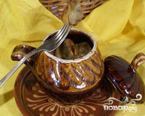6.Противень смазываем растительным маслом, раскладываем курдюмы и запекаем минут 15 в духовке (температура 200 градусов). Приготовим грибной бульон и добавим в него специи. Кундюмы раскладываем по горшочкам, заливаем грибным бульоном и ставим минут на 15 в горячую духовку. Блюдо готово.
