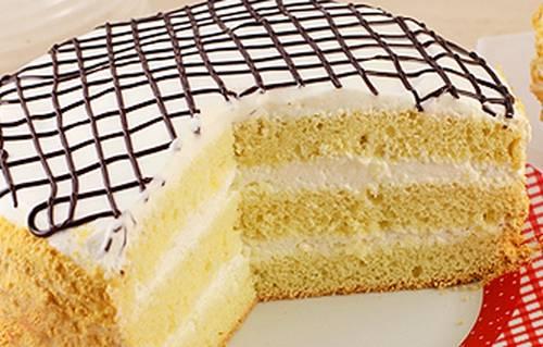 Поставьте торт в холодильник на 3 часа, он должен очень хорошо пропитаться. Украсьте готовый десерт по собственному желанию.