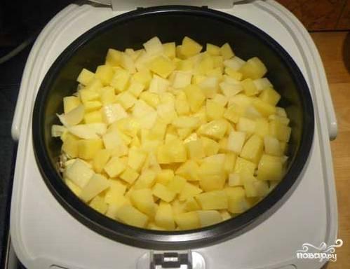 Выложите слой картошки, посолите и поперчите его по вкусу.