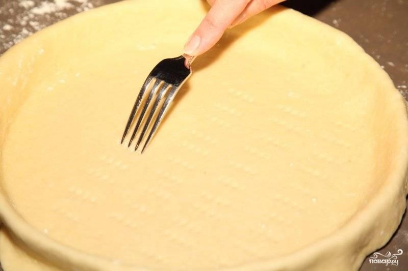Вилочкой сделайте дырочки, чтобы тесто не вздулось слишком и пирог остался ровным.