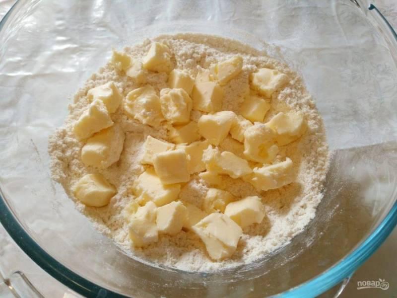 Масло порежьте кубиками и добавьте в сухую смесь. Руками соедините компоненты до получения крошки.